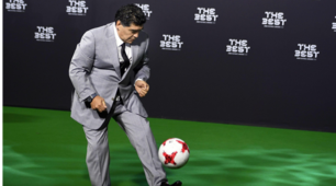 """The Best"", Maradona palleggia in giacca e cravatta sul red carpet"