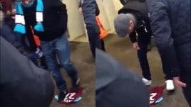 Tifosi del West Ham calpestano e sputano sulla maglia di Payet
