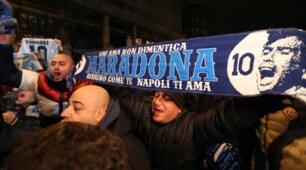 Napoli, tutti in coda per vedere Maradona