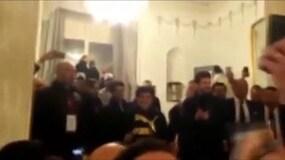 Maradona accolto dai cori dei tifosi
