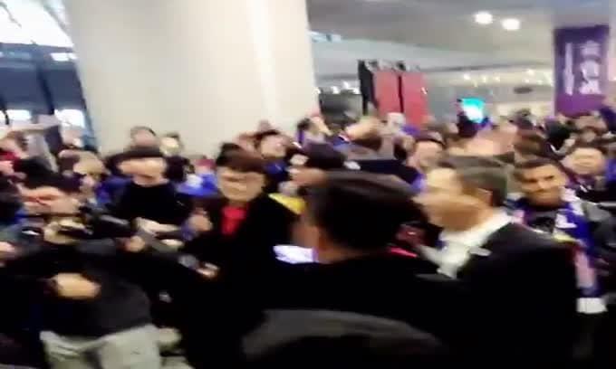 Calciomercato, Tevez sbarca in Cina: che festa all'aeroporto!