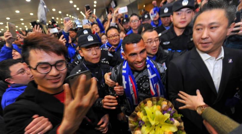 Il re del calciomercato Tevez sbarca a Shanghai, delirio all'aeroporto