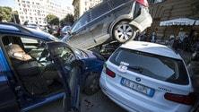 Una retromarcia distratta e il SUV si arrampica sulle altre auto