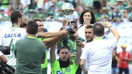 Chapecoense, il ritorno in campo è da brividi: Follmann alza la Coppa