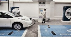 Auto elettriche, il divieto di sosta tutela i parcheggi con colonnina