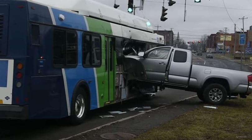 Toyota Tacoma VS Bus: ha la meglio il pick-up