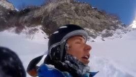 Caduta fortunata! Lo sciatore precipita da un dirupo...e si rialza illeso