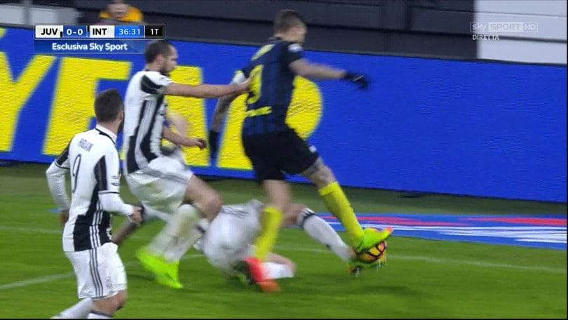 Mandzukic su Icardi sfiora la palla: che rischio!