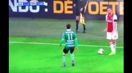 Ajax, finge di fermarsi e poi gioca: gesto antisportivo di Veltman