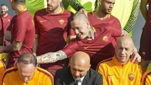 Roma, Nainggolan scherza al backstage della foto ufficiale