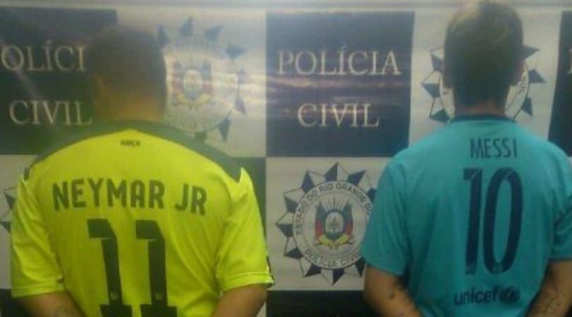 Arrestati con le maglie di Messi e Neymar: la foto è virale