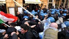 Taxi, tensione a Roma: scontri davanti alla sede del Pd