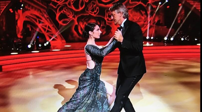 Mancini torna in pista a Ballando con le Stelle: che tango in smoking!