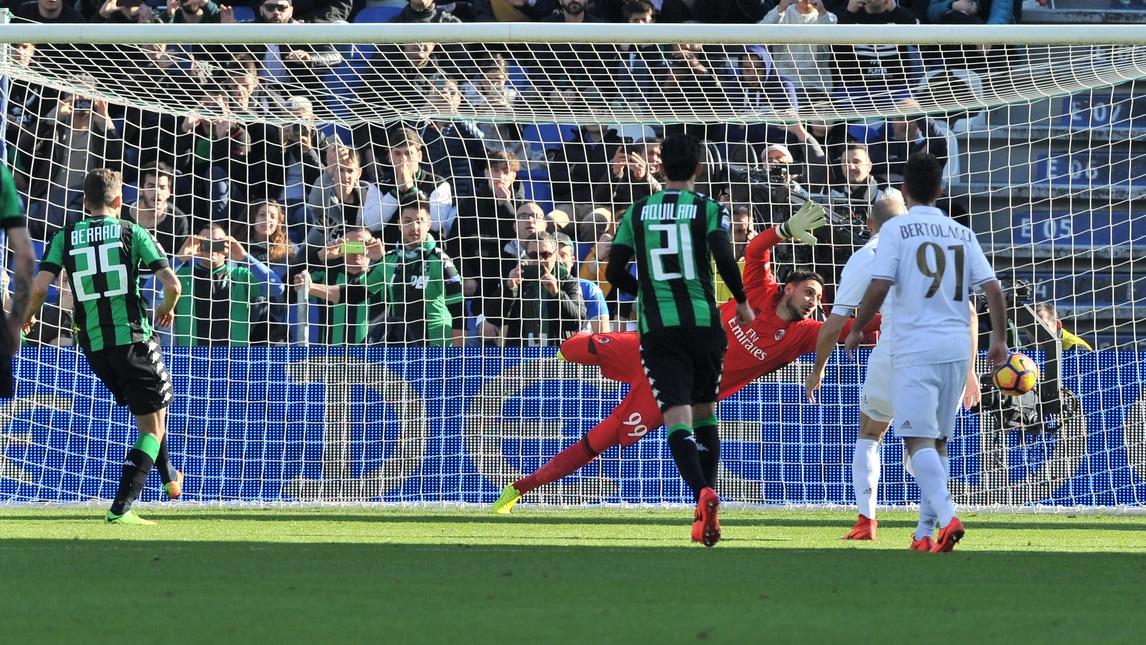 Prima vittoria per i rossoneri a Reggio Emilia: decide il gol su rigore (trasformato in modo irregolare) di Bacca