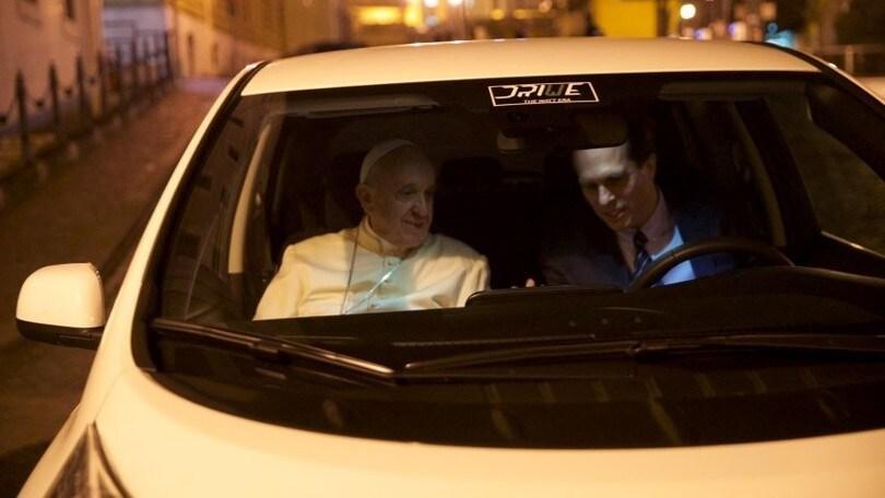 Papa Francesco si muove con l'auto elettrica Nissan Leaf