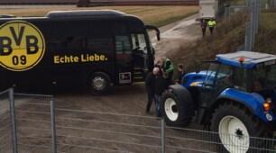 Borussia Dortmund a Lotte: il pullman salvato da un trattore