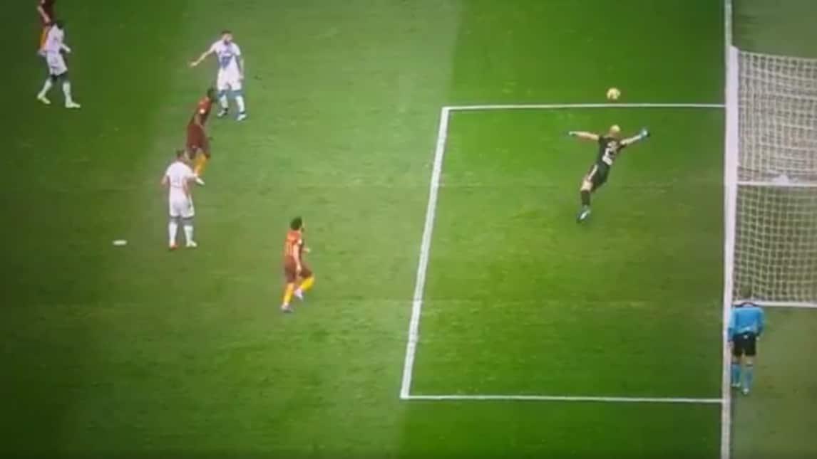 Il Napoli vince anche grazie al suo portiere che nei minuti di recupero del secondo tempo ha spinto sulla traversa un tiro deviato di Perotti che avrebbe potuto pareggiare il match