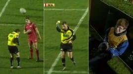 Rugby da ridere. Palla contro l'arbitro: raccattapalle ammonito