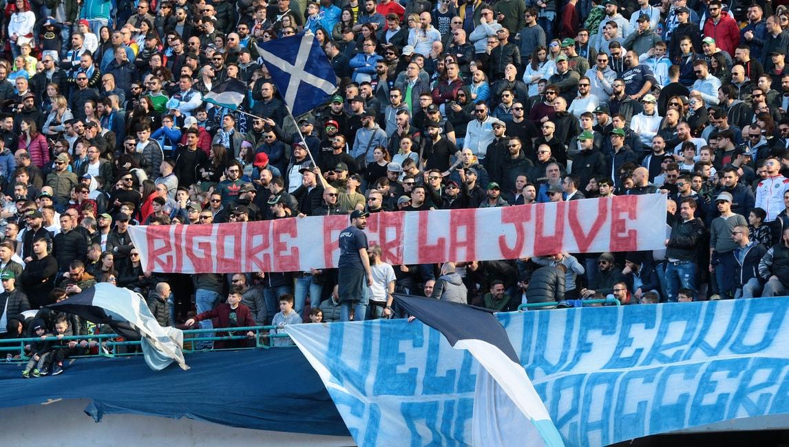 Fallo su Insigne, lo striscione dei tifosi del Napoli: «Rigore per la Juve»