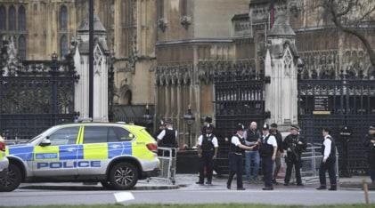 Londra, spari davanti al Parlamento: «È terrorismo»