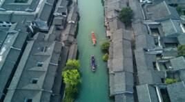 Cina spettacolare, le canoe gareggiano tra le case