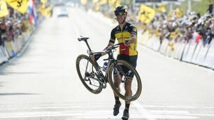 Giro delle Fiandre, Gilbert taglia il traguardo alzando la bicicletta