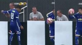 Corinthians-U. De Chile, la simulazione del raccattapalle è da ridere