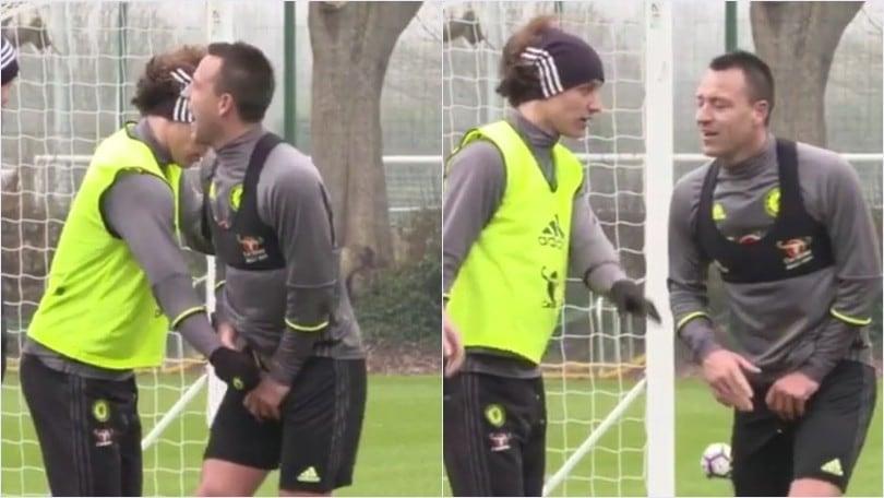 Chelsea, John Terry dolorante: David Luiz lo tocca proprio lì...