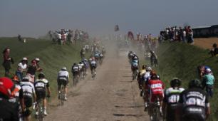 Polvere, sudore e anche sangue: lo spettacolo della Parigi-Roubaix