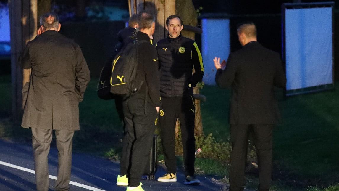 Le immagini del mezzo su cui viaggiava la squadra tedesca con i vetri frantumati: ferito Bartra che è stato portato all'ospedale