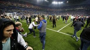 Lione-Besiktas, lancio di petardi sulle tribune: tifosi in campo