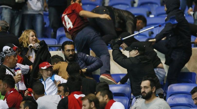 Lione-Besiktas: scontri tra tifosi dentro e fuori lo stadio, le foto