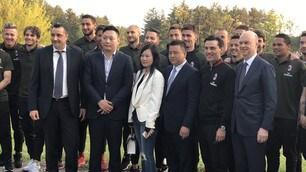 Yonghong Li a Milanello: in posa con Montella e la squadra