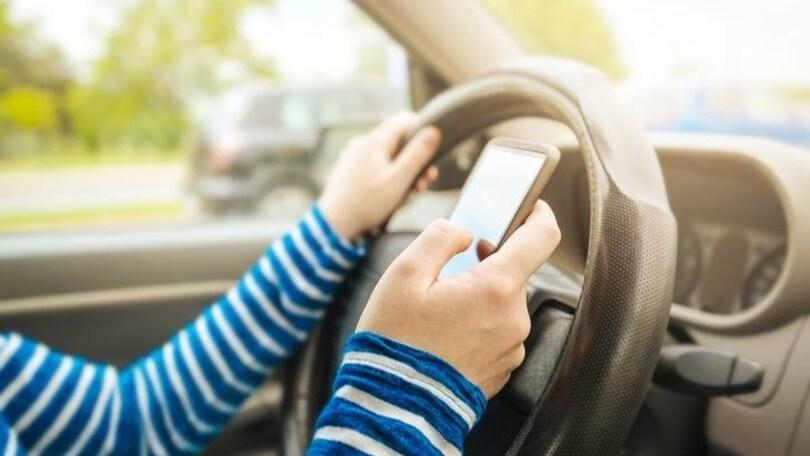 Patente sospesa per chi telefona mentre guida