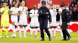 Psg-Montpellier: il calcio d'inizio dei poliziotti in onore dell'agente ucciso