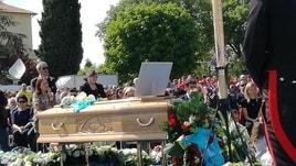 L'ultimo saluto a Scarponi: in 5 mila ai funerali