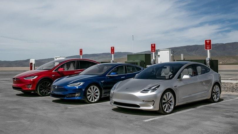 Tesla, raddoppia il fatturato ma aumentano le perdite
