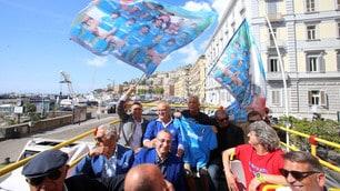 Napoli, 30 anni dal primo scudetto: che festa sul bus in giro per la città!
