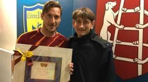 Il Chievo regala una targa a Totti