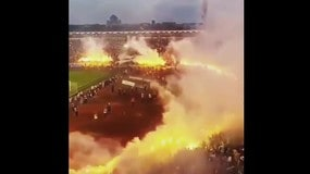"""Scudetto al Partizan Belgrado, i tifosi """"incendiano"""" il campo"""