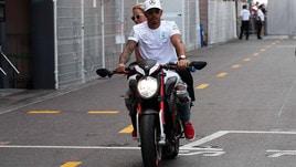 F1, Monaco: Hamilton e Vettel in giro su due ruote