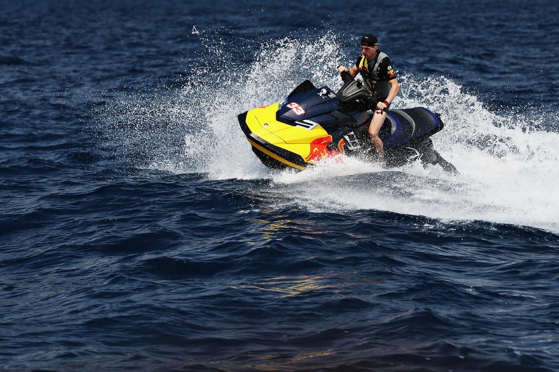 Verstappen in sella a una moto d'acqua a Montecarlo