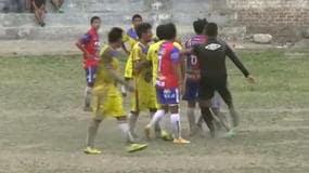 Perù, arbitro espelle e picchia un giocatore