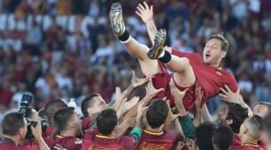 Roma, Totti lanciato in aria dai compagni