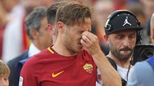 Roma, le lacrime di Totti durante il giro d'addio