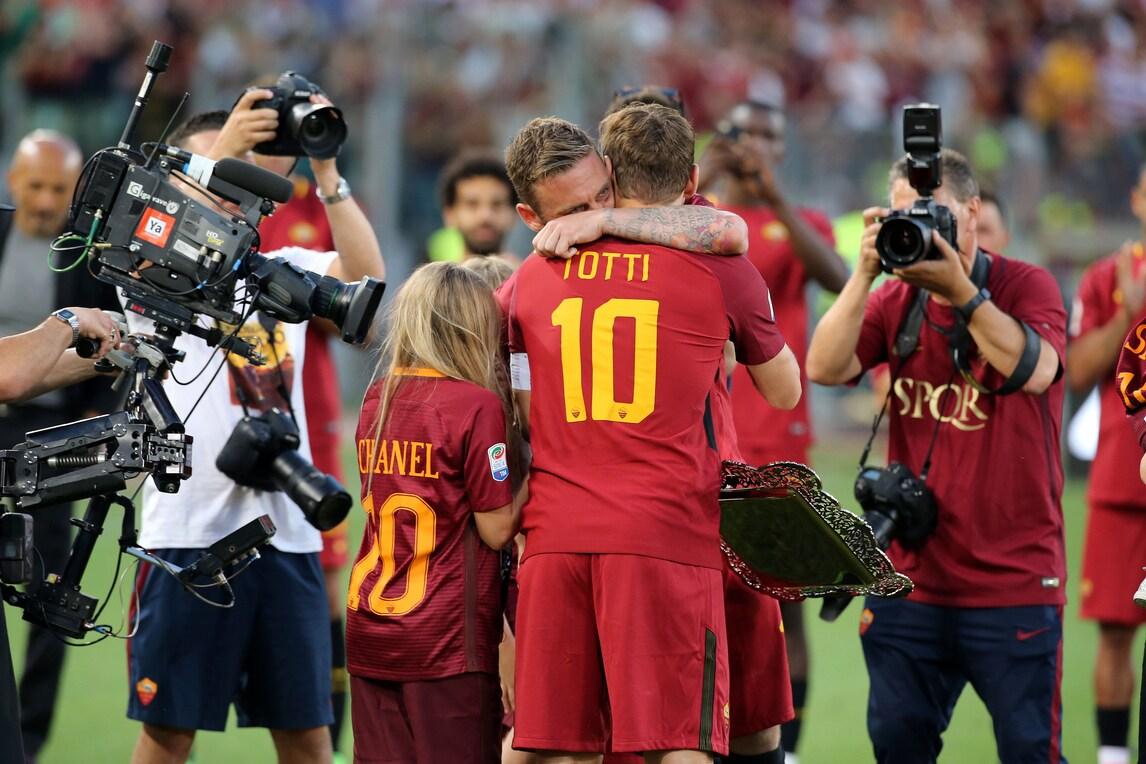 Giocatori della Roma in lacrime per l'addio a Totti