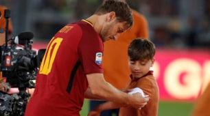 Roma, Totti regala la fascia a un bambino delle giovanili