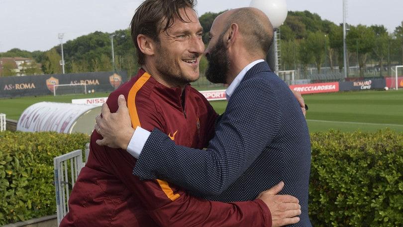 Roma, Monchi su Totti: «25 anni di Gloria, ora spero lavori al mio fianco»