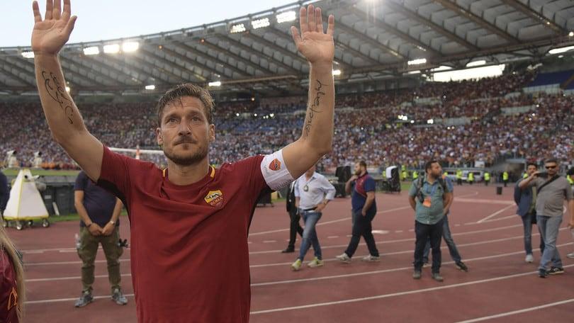"""Roma, tre anni fa l'ultima gara di Totti. I tifosi: """"Piangiamo ogni anno. Ci manchi"""""""