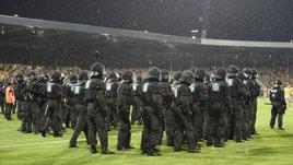 Il Braunschweig perde e i tifosi invadono il campo, li ferma la poliza